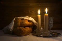 Shabbat Shalom - vino, challah e candele Fotografia Stock Libera da Diritti