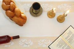 Shabbatbeeld challah brood, shabbat wijn en kaarsen op de lijst Hoogste mening stock fotografie