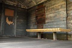 Shabby παλαιό ξύλινο βαγόνι εμπορευμάτων από το εσωτερικό, με τον πάγκο στοκ εικόνες