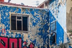 Shabby πρόσοψη με το ξεφλουδίζοντας χρώμα στο κέντρο της πόλης στοκ φωτογραφία