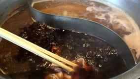 Shabu-shabu sukiyaki Lebensmittel japanischer Art, heißes Kochen des halben Topfes und Rindfleisch in der schwarzen Suppe stock video footage
