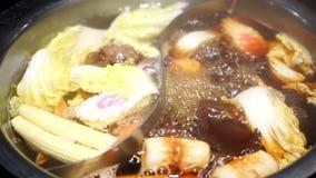 Shabu Shabu und Sukiyaki im heißen Topf am Restaurant stock footage
