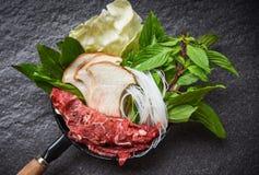 Shabu van Sukiyaki vastgestelde Shabu met de paddestoel van de de plaknoedel van het vleesrundvlees en verse groenten op potten J stock afbeeldingen