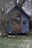Shack bleu dans le jardin Photo libre de droits