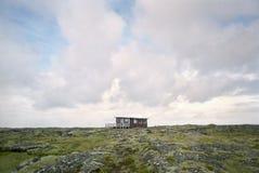 Shack dans le paysage rocailleux Photos stock