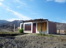Shack devant des montagnes dans le désert de Nazca Image stock