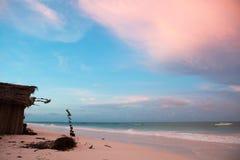 Shack sulla spiaggia con la bei sabbia e cielo fotografia stock libera da diritti