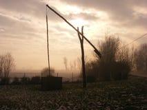 Shadoof im Nebel stockbild