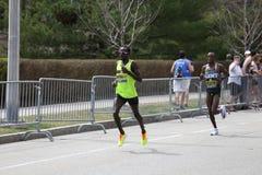 Shadrack Biwott EUA compete na maratona de Boston que vem no 4o com um momento do 2:12: 08 o 17 de abril de 2017 Imagens de Stock Royalty Free