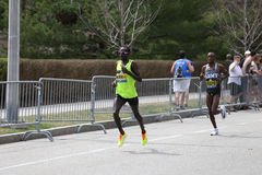Shadrack Biwott USA springer i den Boston maraton som kommer i 4th med en tid av 2:12: 08 på April 17, 2017 Royaltyfria Bilder