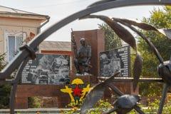 Shadrinsk Ryssland - Augusti 10, 2016: Monument till soldater - inte Arkivbild