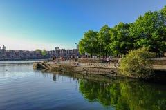 Shadwell-Becken an einem hellen sonnigen Tag des Frühsommers mit jungem p lizenzfreies stockbild