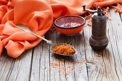 Shafran em uma colher na tabela de madeira com pano de seda Imagem de Stock Royalty Free