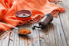 Shafran em uma colher na tabela de madeira com pano de seda Imagens de Stock Royalty Free