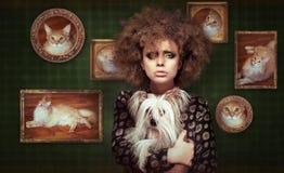 Shaggy Woman excêntrico com animal de estimação - cachorrinho pequeno Fotografia de Stock Royalty Free