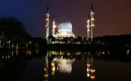 Shah Alam moské på natten och reflexionen Arkivbild