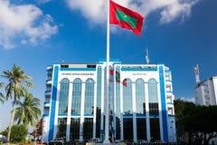 Shaheedh Hussain Adam Building och flagga av Maldiverna i mitt av stadsmannen, huvudstad av Maldiverna Royaltyfria Bilder