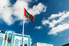 Shaheedh Hussain Adam Building och flagga av Maldiverna i mitt av stadsmannen, huvudstad av Maldiverna Royaltyfri Fotografi