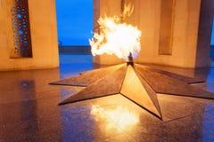 Shahidlar纪念碑或永恒火焰纪念碑在受难者`车道在晚上 秃头 阿塞拜疆 免版税库存照片