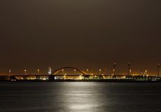 Shaikh哈利法桥梁&光的反射从超级月亮的在2013年6月23日的巴林 库存图片