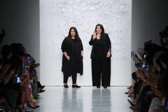 Shaikha Noor Al Khalifa och Shaikha Haya Al Khalifa går landningsbanan för middag av den Noor modeshowen royaltyfri fotografi
