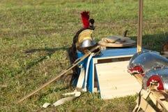 Shakò e spada sul banco Immagini Stock