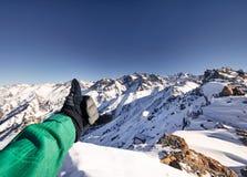 Альпинист на горном пике стоковая фотография