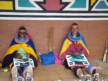 SHAKALAND,南非-大约2011年11月:未认出的祖鲁族人妇女做传统祖鲁族人成串珠状首饰 库存照片