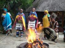 SHAKALAND,南非-大约2011年11月:未认出的祖鲁族人舞蹈家 图库摄影