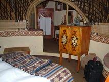 SHAKALAND,南非-大约2011年11月:Shakaland蜂箱形状的旅馆客房内部 库存图片