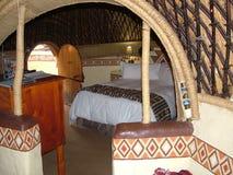 SHAKALAND,南非-大约2011年11月:Shakaland蜂箱旅馆客房内部 库存图片