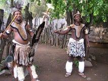 SHAKALAND, AFRIQUE DU SUD - VERS EN NOVEMBRE 2011 : Danseurs non identifiés de guerrier de zoulou Photographie stock libre de droits