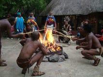 SHAKALAND, AFRIQUE DU SUD - VERS EN NOVEMBRE 2011 : Danseurs non identifiés de zoulou pendant la cérémonie de zoulou Photographie stock