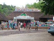 SHAKALAND, POŁUDNIOWA AFRYKA - OKOŁO LISTOPAD 2011: Główne wejście Shakaland zulu Kulturalna wioska Zdjęcia Stock