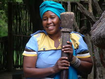 SHAKALAND, POŁUDNIOWA AFRYKA - OKOŁO LISTOPAD 2011: Niezidentyfikowana zulu kobieta trzyma tradycyjnego drewnianego tłuczek Obraz Royalty Free