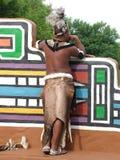 SHAKALAND, POŁUDNIOWA AFRYKA - OKOŁO LISTOPAD 2011: Niezidentyfikowany zulu mężczyzna jest ubranym tradycyjną zulu wojownika odzi Zdjęcia Royalty Free