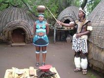 SHAKALAND, SUDAFRICA - CIRCA NOVEMBRE 2011: Annaffiatoio d'equilibratura della donna zulù non identificata sulla testa Immagini Stock Libere da Diritti