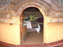 SHAKALAND, SUDAFRICA - CIRCA NOVEMBRE 2011: Capanne della camera di albergo dell'alveare di Shakaland immagine stock