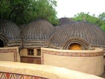 SHAKALAND, SUDAFRICA - CIRCA NOVEMBRE 2011: Esterni a forma di della camera di albergo dell'alveare di Shakaland immagini stock