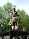 SHAKALAND, SUDAFRICA - CIRCA NOVEMBRE 2011: Guardia non identificata dei supporti del ballerino di Zulu Warrior fotografie stock