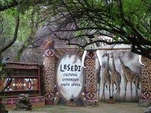 SHAKALAND, SUDAFRICA - CIRCA NOVEMBRE 2011: Segno culturale del Sudafrica di esperienza di Lesedi a Shakaland Zulu Cultural Villa fotografie stock libere da diritti
