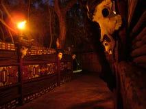 SHAKALAND, SUDAFRICA - CIRCA NOVEMBRE 2011: Villaggio zulù alla notte fotografie stock libere da diritti
