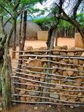 Shakaland, zbliżenie kamienia ogrodzenie wokoło zulu wioski Obrazy Stock