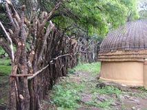 Shakaland Zulu Cultural Village, SUDAFRICA - CIRCA novembre 2011: forte recinto di legno intorno al imuzi zulù immagini stock