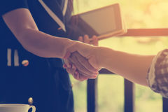 Shake hands to success Royalty Free Stock Photos