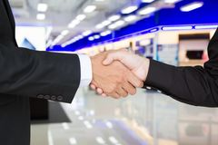 Shake hands to success Royalty Free Stock Images
