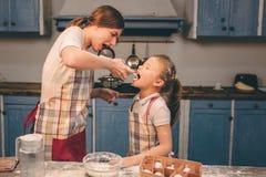 Shaked a fouetté la crème La famille affectueuse heureuse préparent la boulangerie ensemble La fille de fille de mère et d'enfant Photos libres de droits