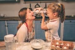 Shaked a fouetté la crème La famille affectueuse heureuse préparent la boulangerie ensemble La fille de fille de mère et d'enfant Images libres de droits