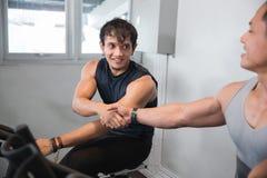 Shakehand masculino asiático en el gimnasio que hace ejercicios cardiios Imágenes de archivo libres de regalías