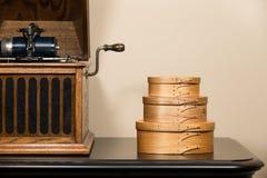 Shaker Boxes och antik skivspelare Arkivfoton